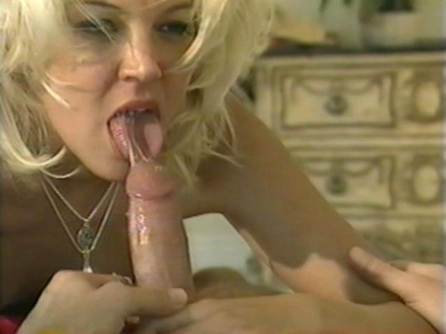 Sexy blonde bitch Dru Berrymore giving blowjob within the bed room